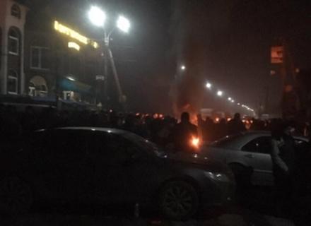 Реакція на рішення суду: На Закарпатті селяни перекрили трасу і палять шини