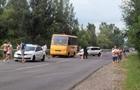 На Хустщині легковий автомобіль врізався в шкільний автобус