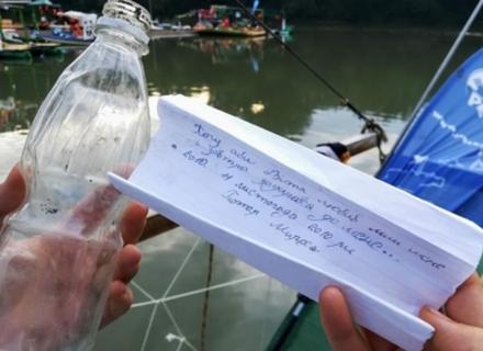 В Угорщині активісти продовжують виловлювати з Тиси пластикові пляшки із Закарпаття. Знайшли любовну записку