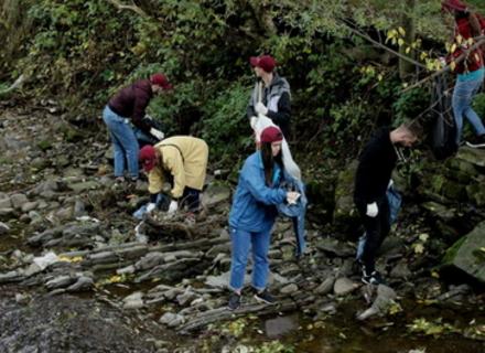 Працівники Fm Галичина прибирали річку на Закарпатті – зібрали 50 мішків сміття