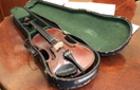Закарпатські митники передали музею Кам`янця-Подільського старовинну скрипку