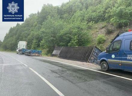 У Воловецькому районі з вантажівки у кювет звалився багатотонний контейнер