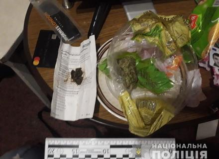 У Мукачеві в помешканні раніше судимих вилучили наркотики та вибухонебезпечні предмети