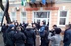 На Закарпатті націоналісти-хулігани зірвали угорський прапор з будівлі Берегівської мерії (ФОТО, ВІДЕО)