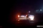 На Закарпатті неадекватна жінка скочила на патрульний автомобіль, щоб інсценувати наїзд (ВІДЕО)