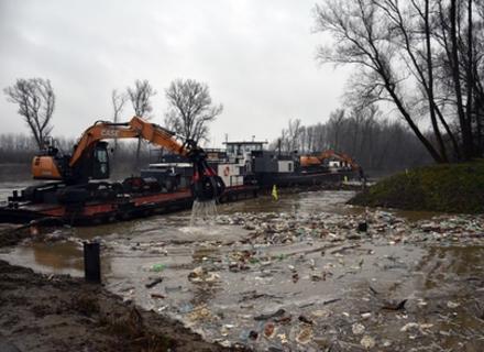 В Угорщині спеціальна техніка цілодобове виловлює тисячі пластикових пляшок, які пливуть по Тисі із Закарпаття (ВІДЕО)