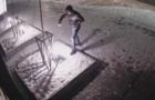 Камери відеоспостереження зафіксували, як у Виноградові малолітній вандал нищить вуличні світильники (ВІДЕО)