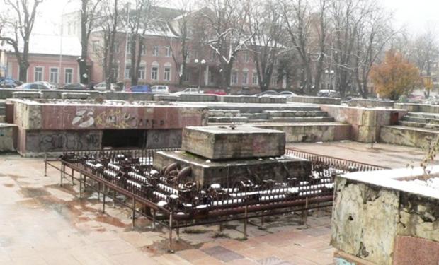 На місці колишнього фонтану біля драмтеатру в Ужгороді побудують комерційний центр (ВІДЕО)