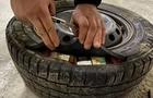 Опівночі закарпатські прикордонники з митниками знайшли контрабандні сигарети у запасному колесі мікроавтобуса