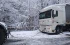 На Уклинському перевалі вантажівка впала в урвище, водій більше доби чекав на допомогу