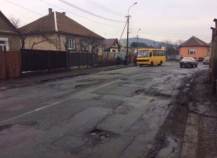Як люди Москаля не полінувалися пофотографувати всі ями на вулицях Мукачева