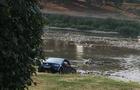 В Ужгороді молодики каталися на позашляховику по річці (ФОТО)