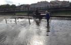 В Ужгороді після дощу на площі Театральній утворилося ціле озеро, у якому граються діти (ФОТО)