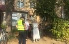 """В Ужгороді біля ринку """"Білочка"""" поліція та медики не знають, що робити з важкохворою жінкою (ФОТО)"""