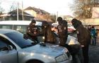 У центрі Перечина з десяток силовиків проводять затримання (ФОТО)