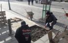 Провалля на новому тротуарі в Ужгороді просто засипали камінням