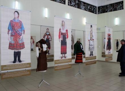 В Ужгороді показують, як одягалися мешканці Карпатського басейну у святкові дні на межі 19-20 століття (ФОТО)
