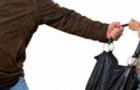 У Мукачеві грабіжник вдарив дівчину і забрав її особисті речі