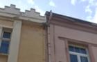 У центрі Ужгорода шмат фасаду впав на пішохідну зону