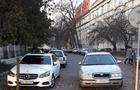 В Ужгороді автомобілем на іноземній реєстрації вже тиждень заблоковано проїзд біля будівлі Нацбанку (ФОТО)