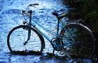 Відео дня: Як в Ужгороді неадекватний чоловік вимивав свій велосипед в річці