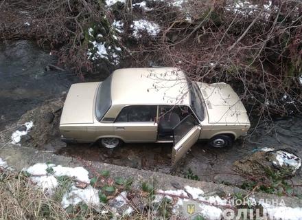 На Мукачівщині автомобіль ВАЗ, у якому були старенькі дідусь та бабуся, впав у річку