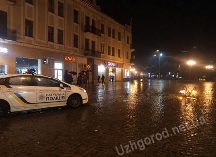 Відео дня: Як в Ужгороді автомобіль збив ліхтар і водій з місця ДТП втік (ВІДЕО)