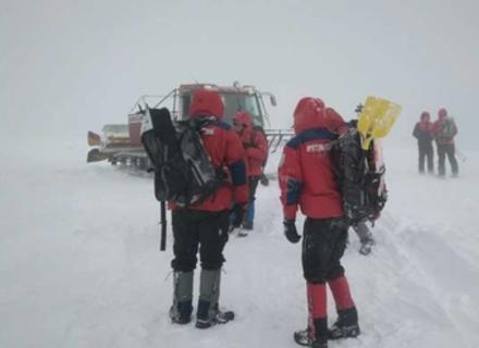 Понад 30 чоловік та екіпаж вертольота шукають заблукалу туристку на Закарпатті