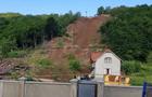 Зсув грунту на Закарпатті зруйнував два будинки і накрив автомобіль (ФОТО)